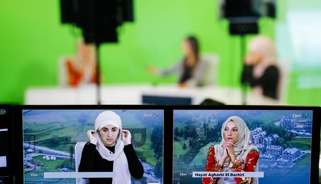 A l'esquerra, Salima Raguig, i a la dreta, Haya Agharbi, al plató de la televisió del Diari abans de començar 'L'última paraula'.