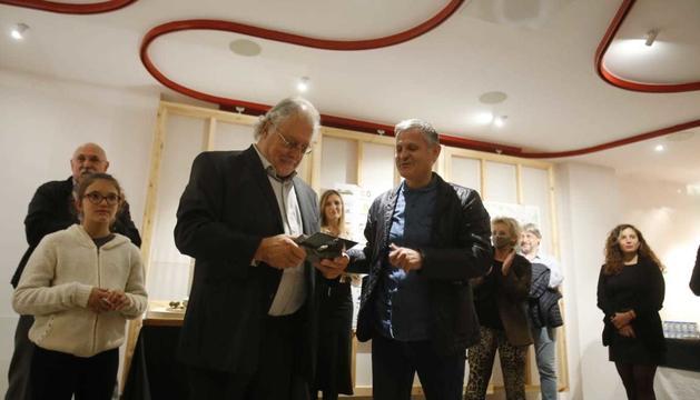 Pere Aixàs, rebent el premi Xavier Pla