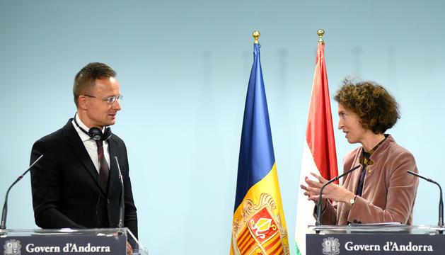 La ministra d'Afers Exteriors Maria Ubach i el seu homòleg hongarès Péter Szijjártó.
