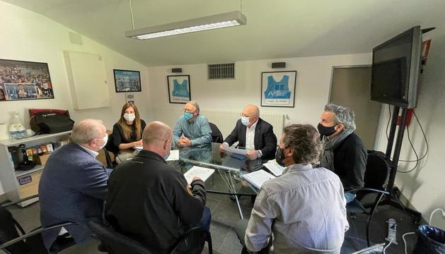 Les autoritats amb el COA durant la reunió