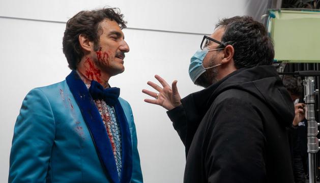 Miki Esparbé conversant amb el director Paco Plaza durant el rodatge de 'Freddy'.