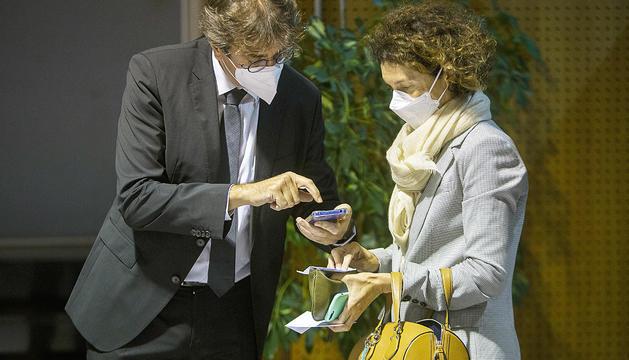 La ministra d'Exteriors ensenyant el passaport Covid, en un acte cultural a Encamp.