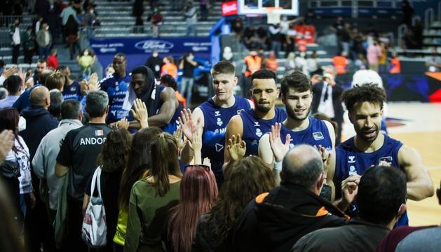 Els jugadors celebren la primera victòria de la lliga