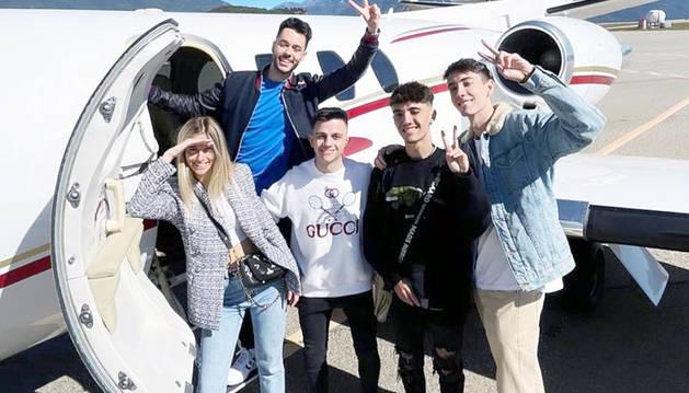 Els youtubers que van pujar al jet privat.