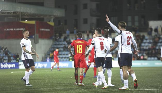 Els jugadors de la selecció anglesa celebrant el cinquè gol, ahir.