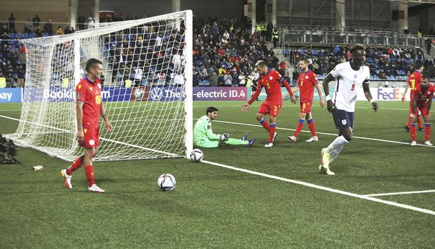 Marc Vales consola el porter Gomes mentre Tammy Abraham celebra el tercer gol d'Anglaterra.