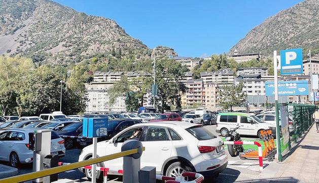 Un cotxe entra a un aparcament públic d'Andorra laVella, ahir.