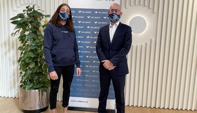 Mònica Dòria i el director de negoci de Vall Banc, Sergi Martín han formalitzat l'acord