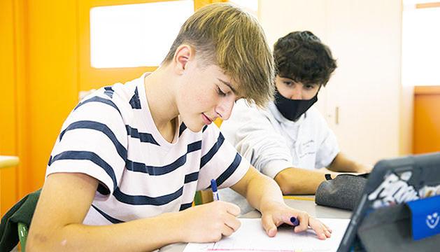 Un alumne sense mascareta en primer pla.