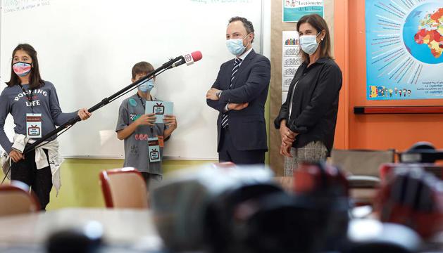 El cap de Govern i la ministra d'Educació ahir durant una visita a l'escola andorrana de primera ensenyança de Canillo.