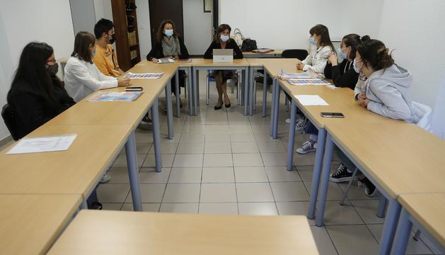 Ester Vilarrubla en la reunió amb els joves