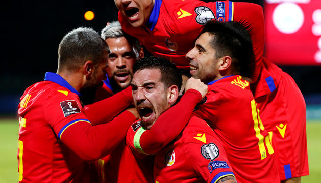 L'eufòria de la celebració del primer gol, de Pujol. Després marcarien Moreno i Cucu.