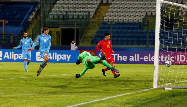 Cucu i els defenses de San Marino observant com entra la pilota en el 0 a 1 de Marc Pujol.