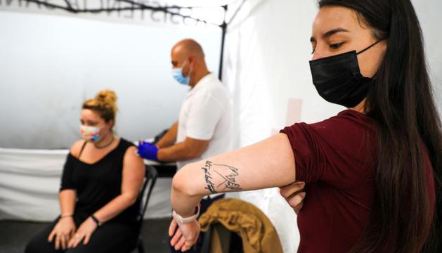 Ciutadans rebent el vaccí al centre de vacunació.