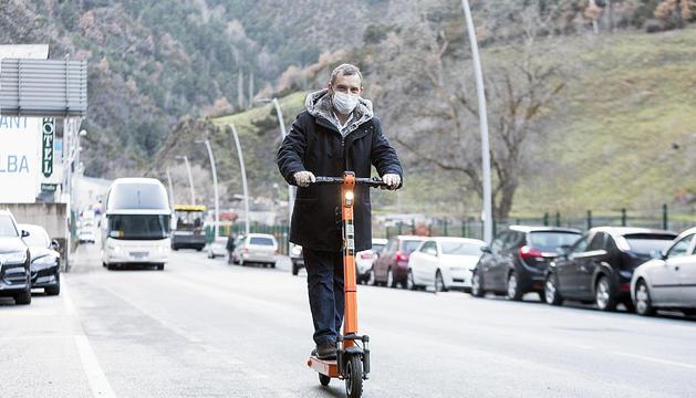 El cònsol major de Sant Julià Lòria, Josep Majoral, circulant amb patinet elèctric