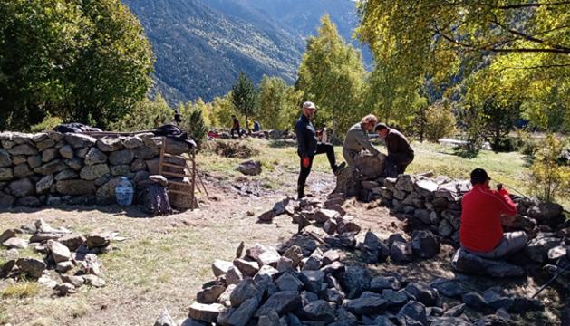 Treballs durant el curs de pedra seca als prats d'Encodina
