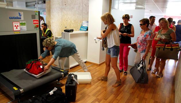Passatgers facturant les maletes en un vol la Seu d'Urgell-Mallorca.