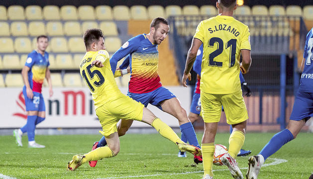 Marc Aguado lluita una pilota al Miniestadi del Vila-real B.