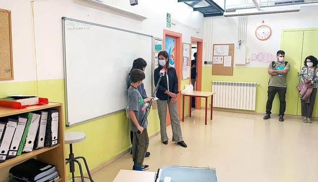 Alumnes de l'Escola Andorrana de Canillo entrevistant la ministra Ester Vilarrubla.