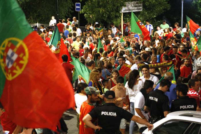 Un recull d'imatges de la festa improvisada al carrer arran de la victòria de Portugal a l'Eurocopa