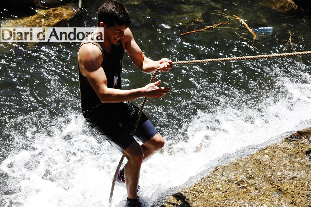 La primera edició de la X Runners va aplegar 400 participants ahir per recórrer els quatre quilòmetres entre el Prat del Colat i Arinsal que discorren gairebé íntegrament pel riu.