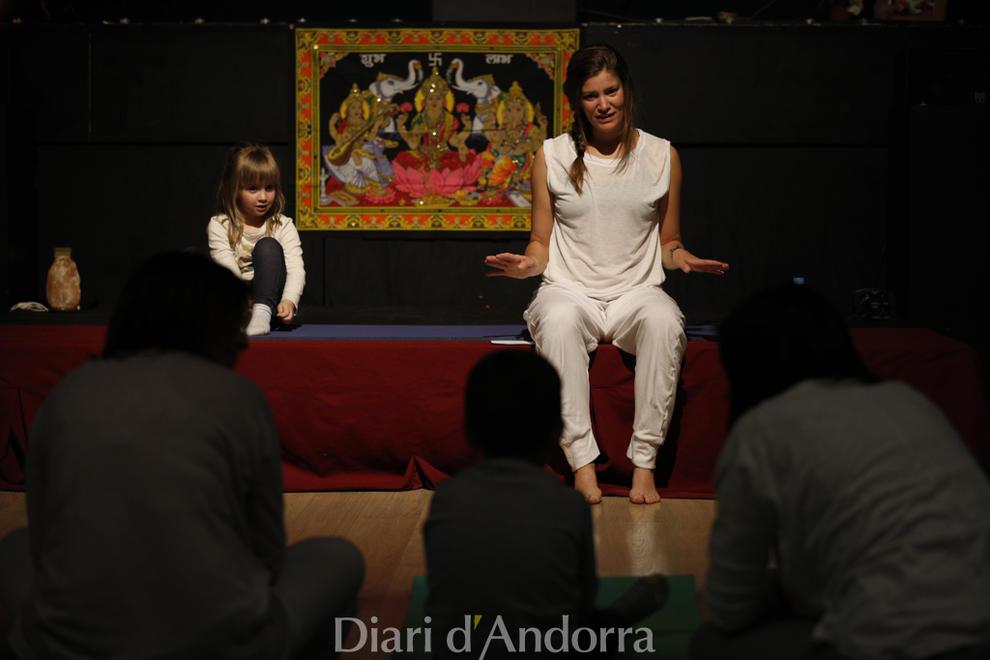 Unicef Andorra va organitzar ahir al vespre una masterclass solidària, Ioga per Unicef, amb dues sessions, una d'infantil i una per a adults, a la sala gran del Prat del Roure.