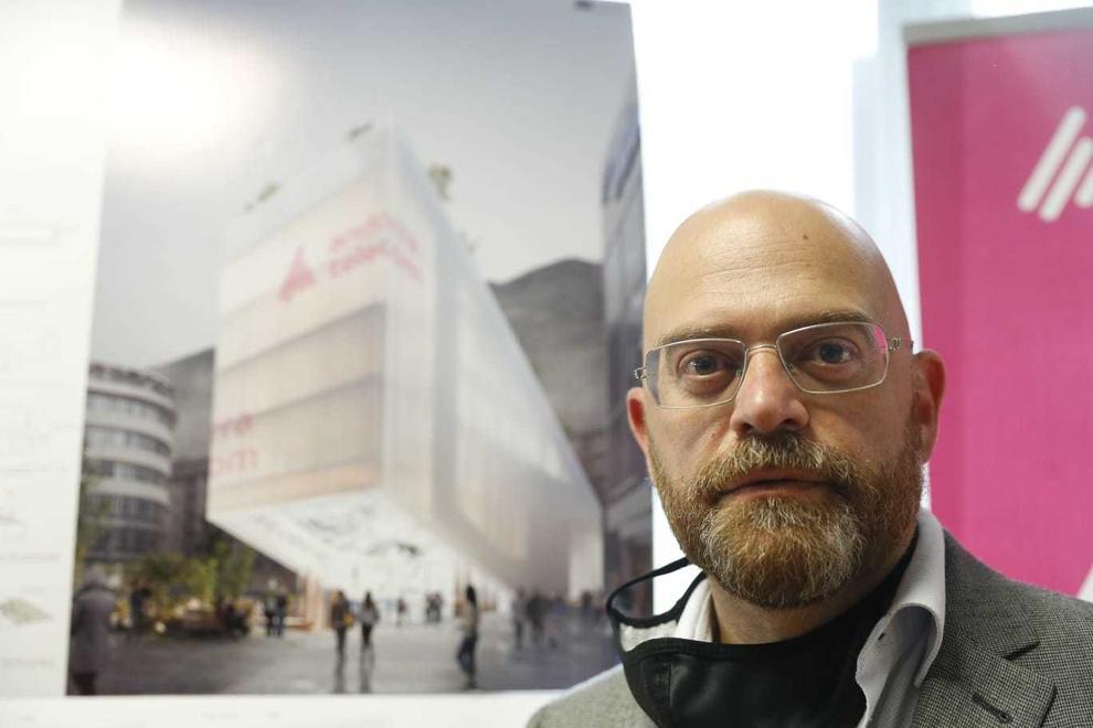 Xavier Orteu amb el disseny que ha fet per a la nova seu d'Andorra Telecom